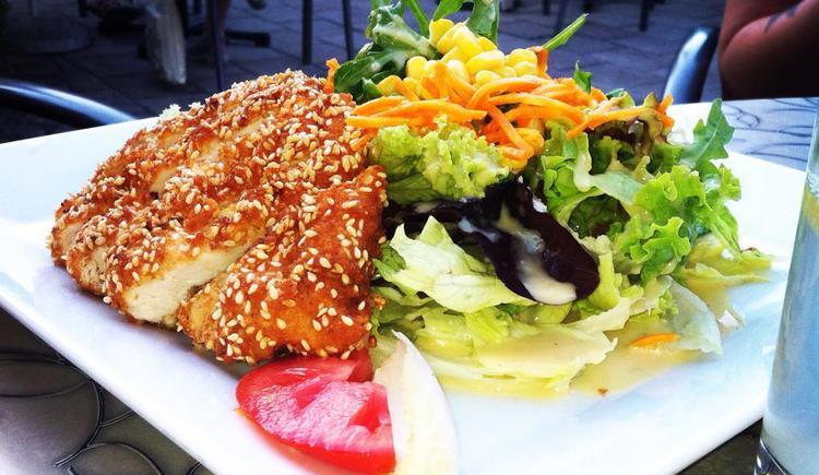 Salat mit Hühnerbruststreifen in Sesammantel Restaurant Konditorei Gassner.