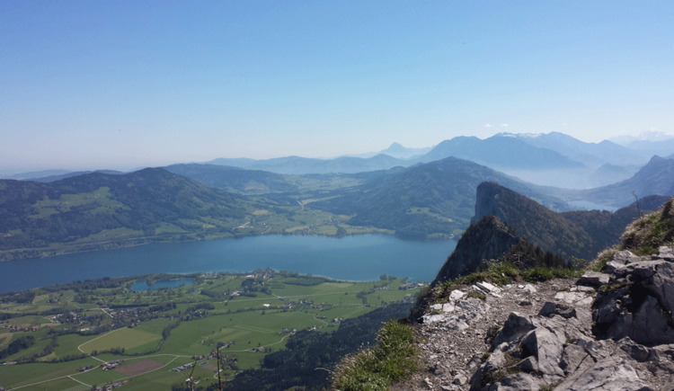 View from mountain Schober across lake Mondsee and the surrounding mountains. (© Familie Maier)
