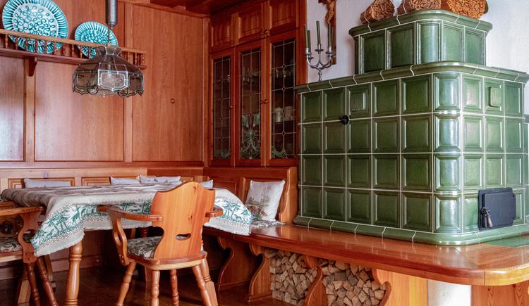 Sitzecke im gemütlichen Wohnraum mit wunderschönen Kachelofen. (© Sommerfrische Apartments)