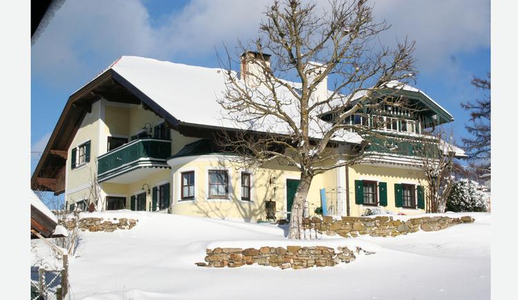 Blick auf das verschneite Haus. (© Tourismusverband MondSeeLand)