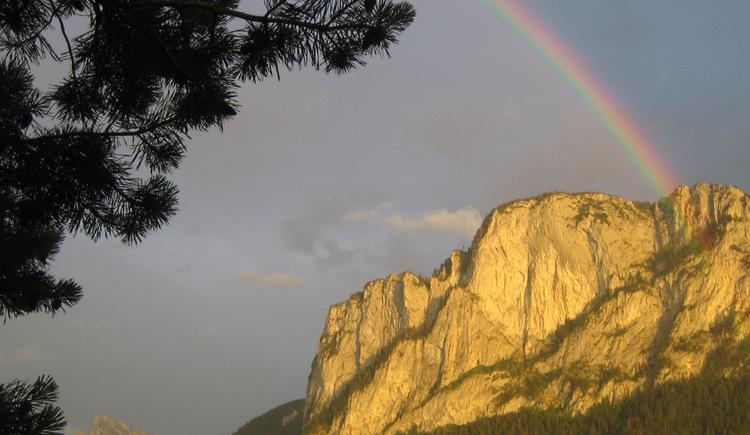 Regonbogen vor dem Berg \