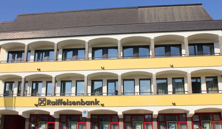Foto zeigt Raiffeisenbank St. Georgen im Attergau.