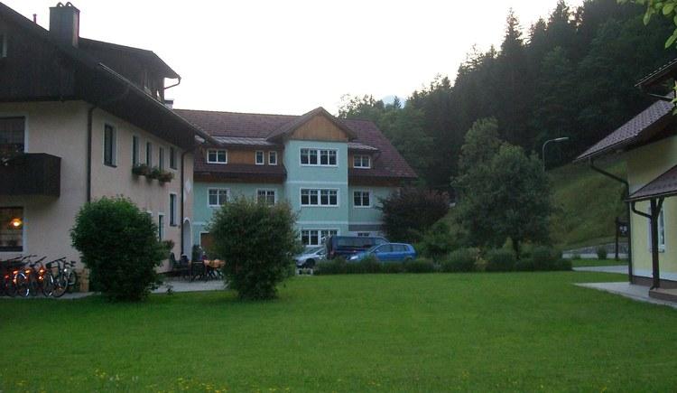 Ansicht des Ferienhofes Osl mit Garten. (© Renate Renner)