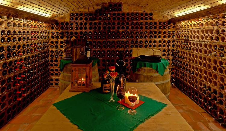 In unserem Weinkeller liegen Flaschen von Spitzenwinzern. (© Hotel Gasthof Gosauschmied)