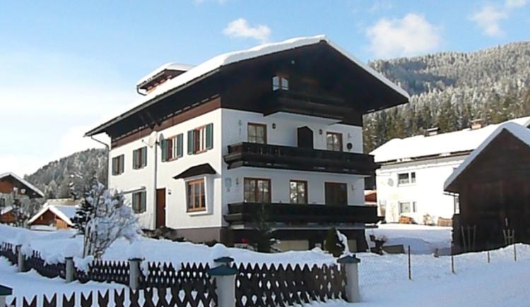 Unser Haus mit den Balkonen von der Vorderansicht. Tiefverschneit im Winterkleid. (© Markus Gamsjäger)