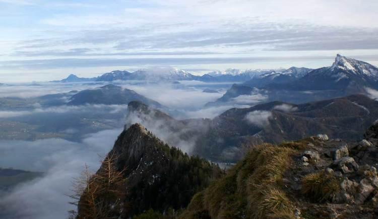 Blick über die Berggipfeln der Region, die aus den Wolken und Nebel ragen. (© www.mondsee.at)