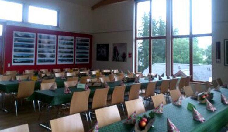 Blick in den Raum mit festlichen gedeckten Tischen und Stühlen, Tische mit Servietten und Tischdeko. (© TVB Mondseeland)