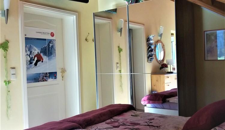 Grosser Spiegelschrank mit viel Platz für Ihre Urlaubskleidung