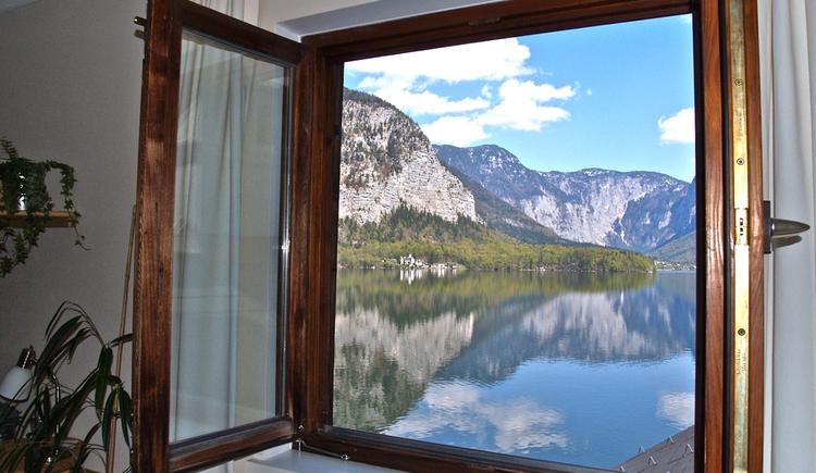 Der Seeblick vom Fenster in Appartement Fallnhauser, Hallstatt. (© Torsten Kraft)