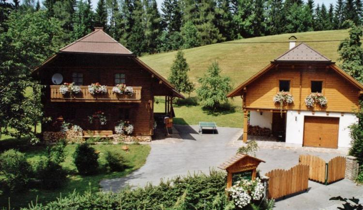 Bio-Blockhaus Koglerhütte auf der linken Seite (© Bio-Blockhaus Koglerhütte)