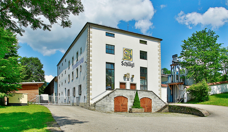 Weißes Brauereigebäude