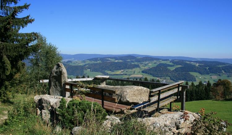 Aussichtspunkt mit Rastbänken und einem Blick in die Mühlviertler Landschaft. (© Ferienregion Böhmerwald)