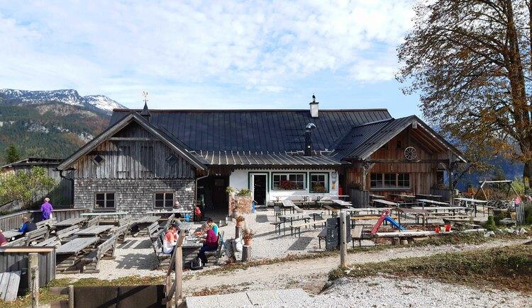 Gastgarten vor der Hütte. (© Tourismusverband Bad Ischl)
