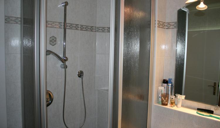 Das Bad im Doppelzimmer verfügt über eine Dusche. (© Schmaranzer Andrea)