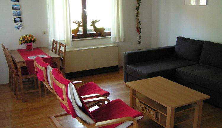 Das helle und gemütliche Wohnzimmer bietet genug Platz. (© Abel Gans)