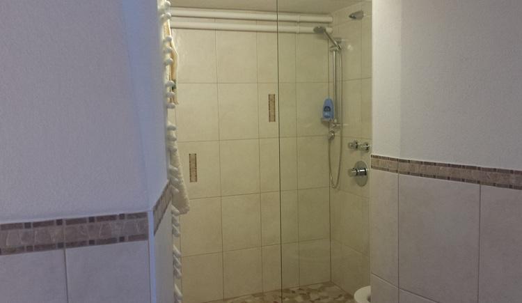 Die Dusche im Badezimmer der Ferienwohnung im Haus 66 in Obertraun. (© Johann Höll)
