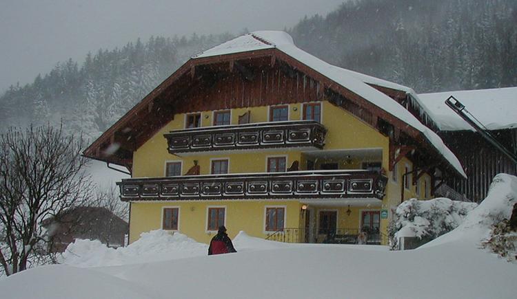 Blick auf das verschneite Haus