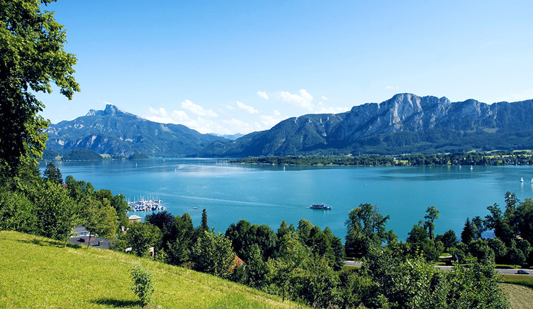 The blue Mondsee with the striking Drachenwand and the Schafberg in the background. (© TVB Mondsee-Irrsee)