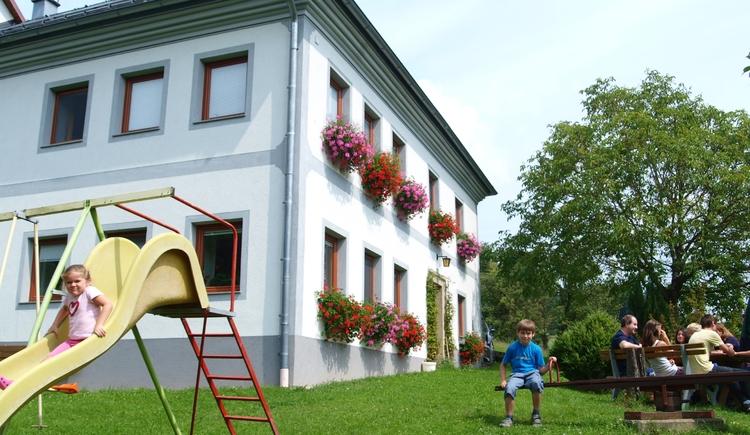 Hausgarten mit Spielplatz