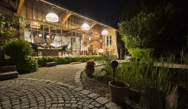 Pool-Lounge im Poolgarten (© Hotel Aichinger)