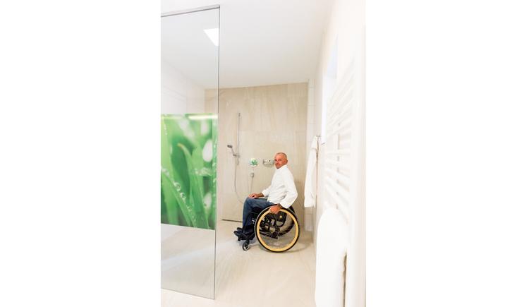 Person im Rollstuhl, Badezimmer