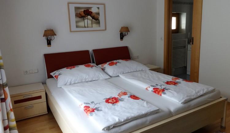 Doppelbett Schlafzimmer Ferienwohnung Eisl/Hödlmoser. (© Wolfgang Eisl)