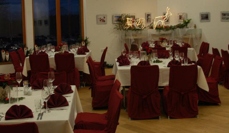 Blick in den Raum mit festlichen gedeckten Tischen und Stühlen, Tische mit Servietten, Gläser, Besteck, Kerzen gedeckt. (© TVB Mondsee)