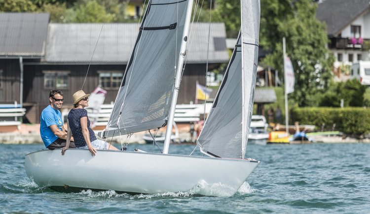Sportcamp Raudaschl Paar auf Segelboot. (© Sportcamp Raudaschl)