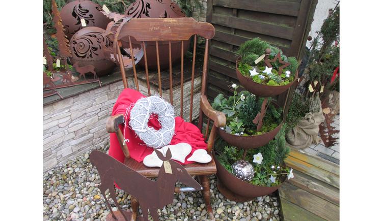 Deko-Gegenstände aus rostigem Eisen, Sessel, bepflanzte Schalen