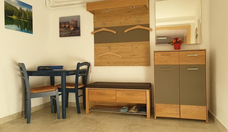 Das Ferienappartement im Haus 66 in Obertraun bietet im Eingangsbereich eine großzügige Garderobe. (© Johann Höll)