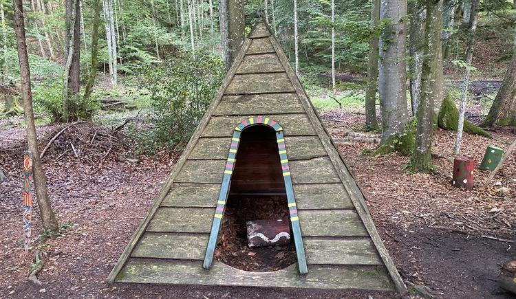 Märchenwanderweg Holzzelt für Kinder. (© TVB Attersee-Attergau)