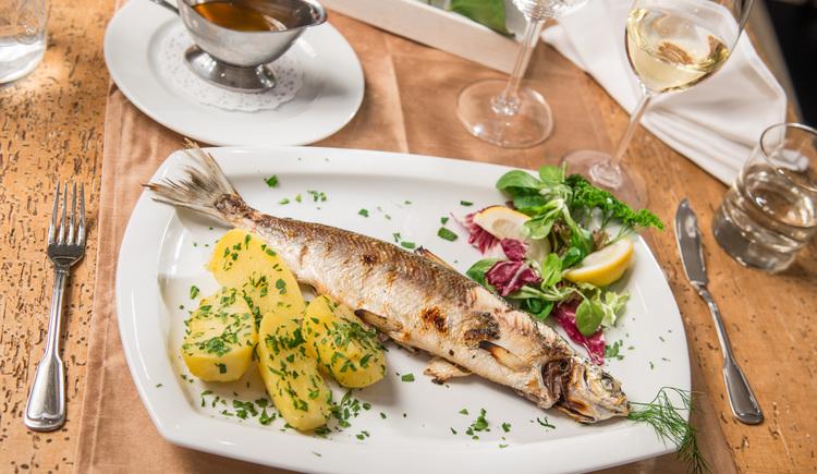 Auf dem Foto sieht man einen angerichteten Fisch mit Petersilienkartoffel im Zauner Seewirt. (© Seewirt Zauner)