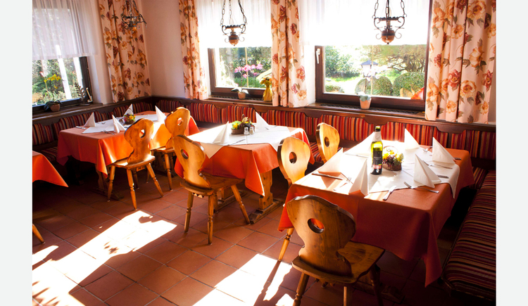 gedeckte Tische und Stühle, im Hintergrund und seitlich Fenster. (© Taubenberger)
