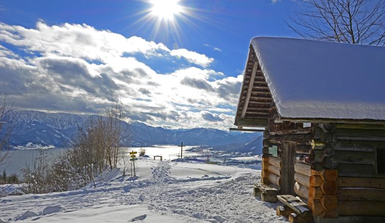 Blockhütte mit Schneedache inmitten einer Winterlandschaft am Buchberg. (© Herbert Benedik)