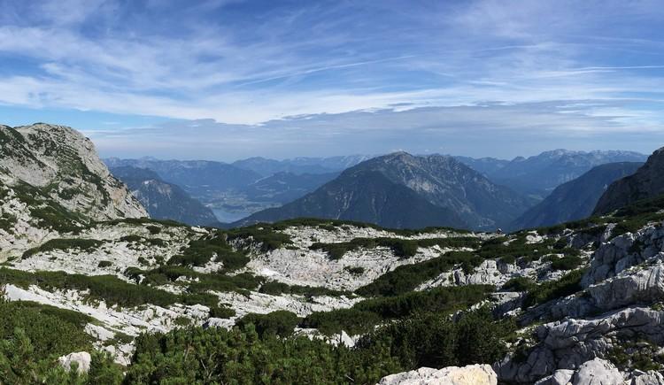 Wundervoller Fernblick zum Hallstättersee mit atemberaubender Bergkulisse bei besten Wetterbedingungen. (© Ferienregion Dachstein Salzkammergut)