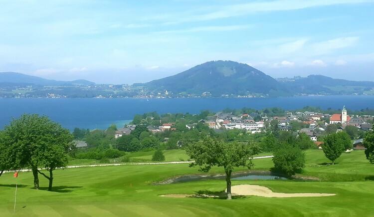 Weyregg vom Golfplatz aus. (© Johanna Kiebler)