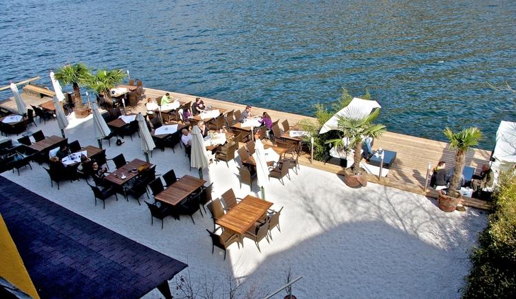 Die schöne Seeterrasse des Seehotels Grüner Baum lädt zum gemütlichen Sitzen ein. (© Copyright: Seehotel Grüner Baum)