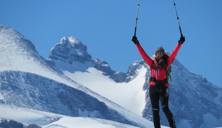 Glückliche Schneeschuhwanderin am Zielpunkt. (© Marta Rieß)