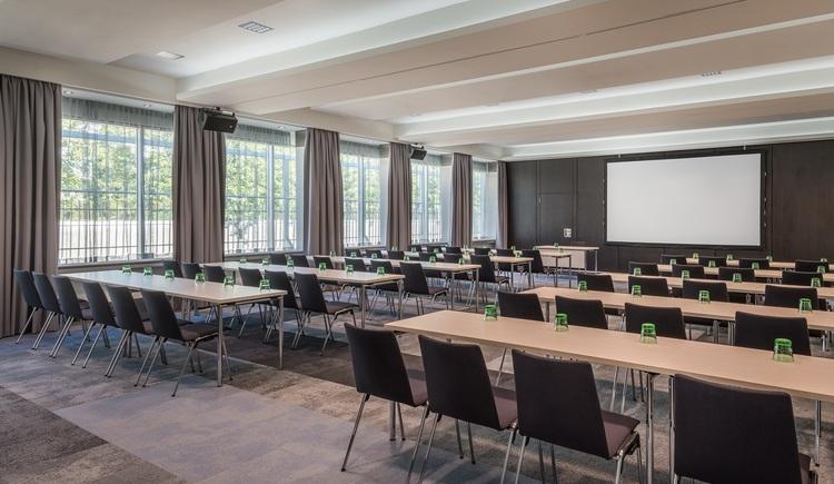 133 m² Parlamentarische Bestuhlung. (© Courtyard Linz)