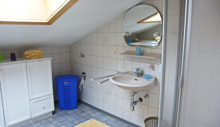 Die hellen und freundlichen Badezimmer in den Ferienwohnungen der Unterkunft Klose verfügen über eine Fenster. (© Manuela Sommerer)