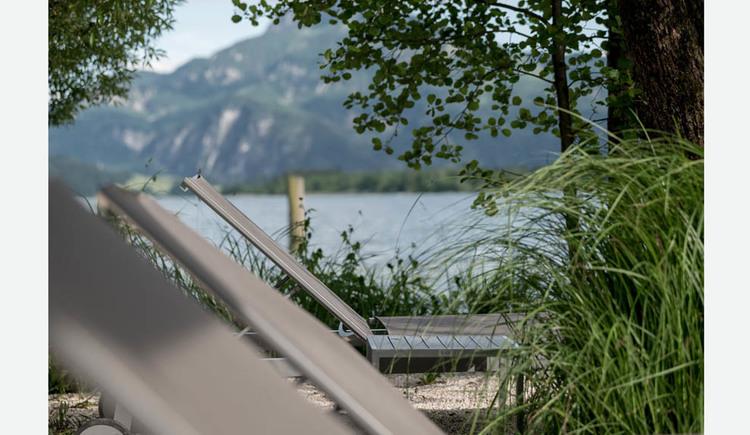 Liegestühle beim See. (© Lackner)
