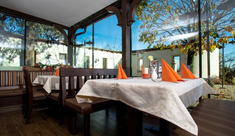 Innenansicht mit gedecktem Tisch beim Wirt z`Bierbaum. (© Familie Muhr)