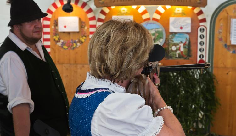 Auch am Schießstand kann man sich bei den Goiserer Gamsjagatagen beweisen. (© Viorel Munteanu)