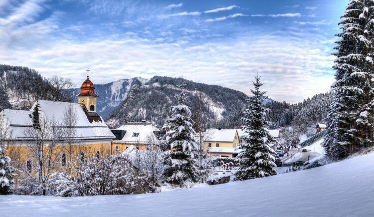 Hinterstoder Panorama Winter-Kirche (© TVB Pyhrn-Priel/Bruno Sulzbacher)