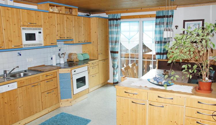 Die Küche der Ferienwohnung Gosaukamm bietet Selbstversorgern jegliche erforderliche Ausstattung. (© Manuela Sommerer)