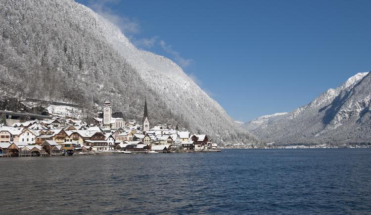 Auf dem Foto sieht man eine Winteransicht von Hallstatt. (© Winter in Hallstatt)
