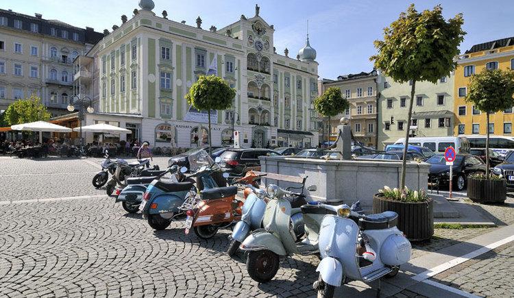 Der Rathausplatz mit derm Keramikglockenspiel in Gmunden am Traunsee im Salzkammergut. (© MTV Ferienregion Traunsee)