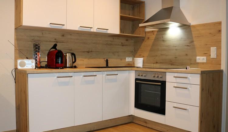 Küche mit Kaffemaschine, Wasserkocher...