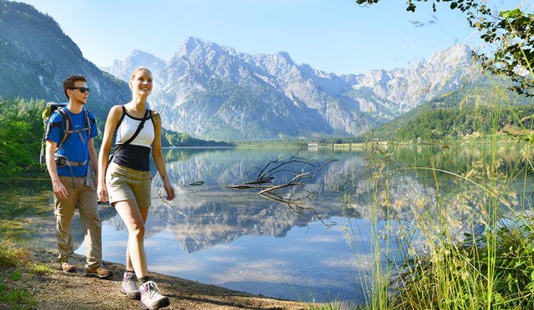 Genuss am Almfluss - 52 km Almuferweg vom Almspitz zum AlmseeWanderpaar am Almsee. (© Tourismusverband Almtal-Salzkammergut)