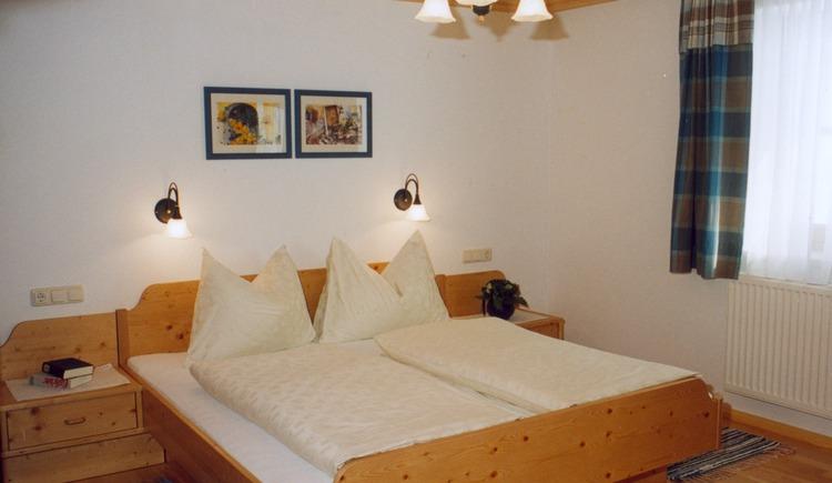 Doppelzimmer mit einem großen Bett im zweiten Stockwerk. (© Klammer)